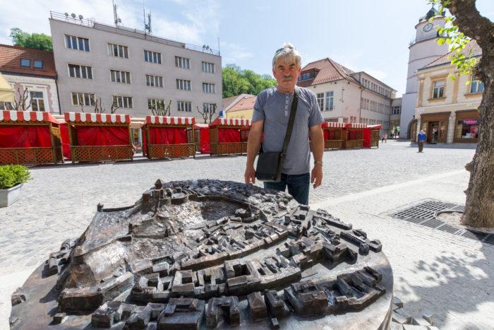 Bronzový model mesta pred Piaristickým kostolom
