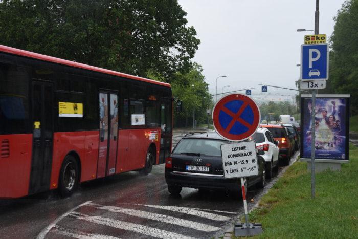 autá parkujú napriek zákazu