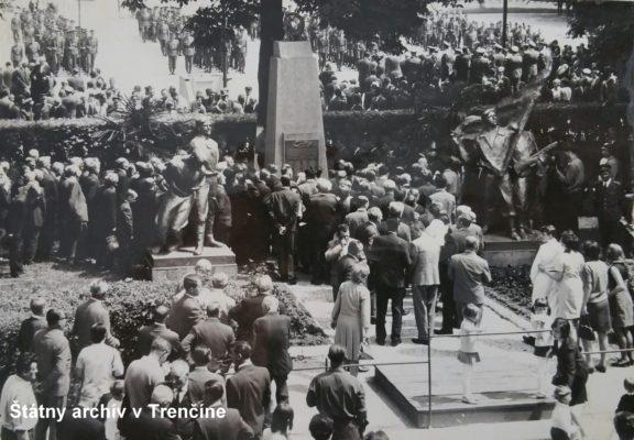 Trenčianske oslavy 50. výročia vzbury - účastníci osláv pri pamätníku 71. pešieho pluku