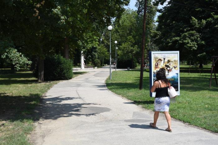 začína sa obnova chodníka v parku Štefánika