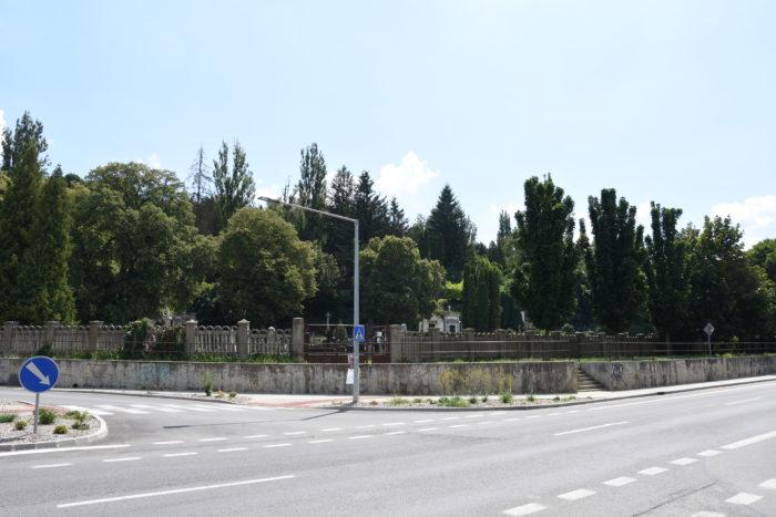 oporný múr pod cintorínom v obnove