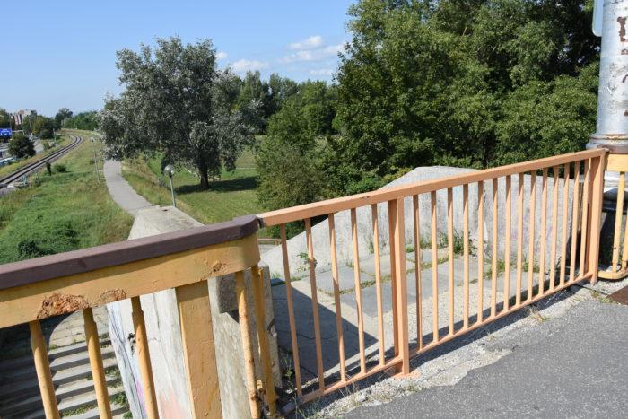 uzavreté schodisko na moste