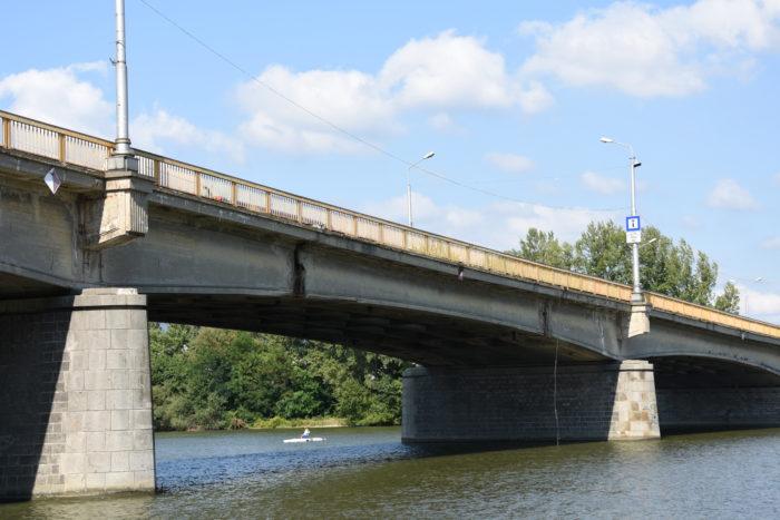 poškodený starý most