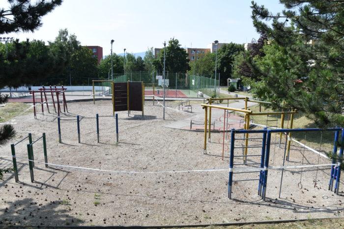 sponzori obnvujú ihrisko v ZŠ Novomeského