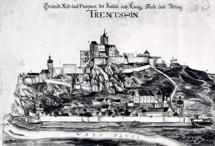 Dobový pohľad na Trenčín aj sjezuitským kostolom agymnáziom.